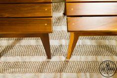 """#Mesas cuadradas y #alfombra """"Flecha Pampa"""", tejida en #telar en stock en nuestra tienda online #diseño #artesanal #deco"""