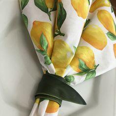 Guardanapo de algodão com estampa de Limão Siciliano e porta-guardanapo feito com folha de orquídea. contatocoisasetal@hotmail.com