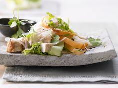 Thailändischer Hähnchensalat - mit Glasnudeln, Gurke, Limette und Koriander - smarter - Kalorien: 494 Kcal - Zeit: 30 Min. | eatsmarter.de #eatsmarter #rezept #rezepte #moehre #karotte #gemuese #leicht #gesund #carotin #thai #haehnchen #salat #glasnudel #gurke #limette #koriander