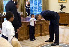 Obama s'incline devant Jacob Philadelphia, 5ans, qui voulait lui toucher les cheveux.