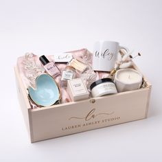 69 Best Engagement Gifts Ideas For Couples in 2020 Find your engagement gift ideas for couples and inspiration. Click through for top trending traditional and unique engagement gifts in 2020 . Engagement Gifts For Bride, Engagement Gift Boxes, Wedding Gift Boxes, Wedding Gifts, Wedding Bride, Wedding Shoes, Bride Box Gift, Bride To Be Box, Ikea Wedding