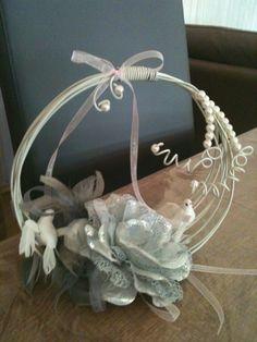 Mes creations : Porte-alliances fil d aluminium, fleurs, colombes, plumes, ruban et perles.
