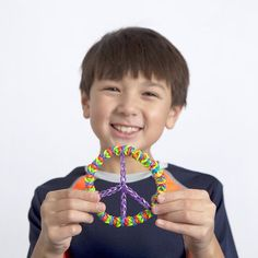 My favourite sign is the Peace Sign and I am passing this on to my granddaughter. How to Make the Ultracool Rainbow Loom Peace Sign Rainbow Loom Tutorials, Rainbow Loom Patterns, Rainbow Loom Creations, Loom Love, Fun Loom, Hobbies And Crafts, Fun Crafts, Crazy Loom, Loom Craft