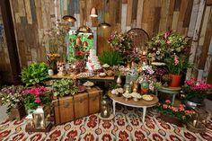 Os noivos deste casamento no Manioca queriam uma decoração contemporânea e com toque industrial. Para atender o desejo deles, Tais Puntel integrou as pared