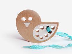 Ptáček+-+dřevěná+provlékací+hračka+Dřevěnáprovlékačka,+didaktická+hra+pro+děti+na+podpoření+jemné+motoriky.+Ptáček+je+vyřezán+do+tvrdé,+bukové,+8+mm+široké+překližky.+Dřevo+je+natolik+tvrdé,+že+nehrozí+odkousnutí+či+odštípnutí+vrstev.+Hračka+je+hladce+obroušena.+Velikost+ptáčka+je+90+×+75+mm.+Použitá+barva+jenezávadný+Balakryl+s+certifikací...