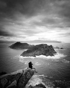 Vista en blanco y negro de las #IslasCíes realizada por Marcelo #SienteGalicia Galicia #IslasAtlánticas #RíasBaixas #GaliciaCalidade #visitciesislands #turismomarinero #weareforestia #adandventures