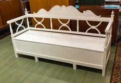 Bellman tyylinen talonpoikaissohva 1800-luvulta, kunnostettu valkoiseksi.  http://www.wanhawiljami.fi/62-sohvat-ja-sangyt-