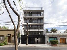 Galería de Manuela Pedraza 3871 / MoGS / 1:200 / housing Typ / Compact Shape / more than 3 levels / urban Building / Between Buildings / 2 free facades / 2 blocks buildings / front facade view / metal access door /