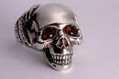 Red Garnet  eye Silver Skull Ring / Another Day Above Dirt / Memento Mori (Solid Sterling Silver) de billyblue22 en Etsy