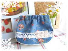 Flex Frame Purse - There is a free pattern if you scroll down. instructions are in Japanese (I think) but the pattern would need to be adjusted to fit whatever frame size is being used. but it would be a good general guide. Pouch Pattern, Purse Patterns, Free Pattern, Diy Pouch Purse, Sewing Tutorials, Sewing Projects, Frame Purse, Japanese Sewing, Denim Crafts