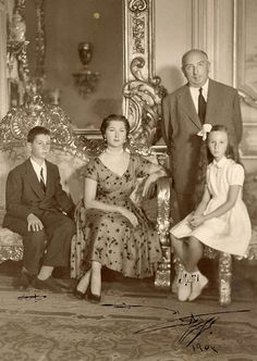 Princess Fatma Neslişah Sultan, Princess Imperial of the Ottoman Empire and Princess of Egypt, her husband Prince Muhammad Abdel Moneim and the children Prince Sultanzade Abbas Hilmi Abdulmunim Beyefendi & Princess İkbal Hilmi Abdulmunim Hanımsultan Asian History, Women In History, World History, Old Egypt, Ancient Egypt, African Royalty, Prince And Princess, Ottoman Empire, Beautiful Family