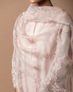 Good Earth: Floral resham embroidery floats across this silk organza odhani with a delicate lace trim, styled with an applique kurta. Pakistani Dress Design, Pakistani Outfits, Indian Outfits, Indian Attire, Indian Ethnic Wear, Embroidery Suits, India Fashion, Asian Fashion, Women's Fashion