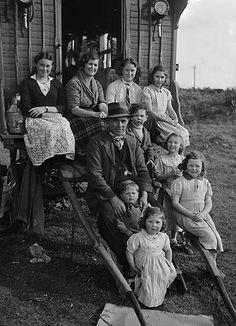 Teulu o sipsiwn--Welsh travelers caravan