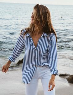 White Long Sleeve Shirt Outfit, Blue Striped Shirt Outfit, Blue Shirt Outfits, Blue And White Outfits, Outfits With Striped Shirts, Blue And White Striped Shirt, White Button Down Shirt, Button Down Shirt Outfit Casual, Vertical Striped Shirt