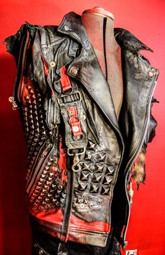 Here is a close-up look at one of the customToxic Visionpieces created for Mathias Nygard ofTurisas! The entire band is now outfitted in Toxic Vision to coincide with their new album release due at end of August..keep an eye out!