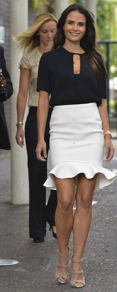 Jordana Brewster - Classic Navy + White - love the modern, adult ruffle style - not a little girl Corporate Wear, Edgy Chic, Casual Chic, White Fashion, Work Fashion, Looks Style, Style Me, Australian Style, Look Formal