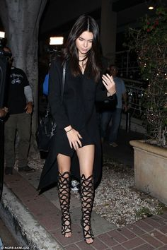 Kendall & Kylie Jenner style and news Moda Kylie Jenner, Kendall Jenner Estilo, Kendall E Kylie Jenner, Kylie Jenner Style, Kourtney Kardashian, Robert Kardashian Jr, Kardashian Jenner, Teen Choice Awards, Star Fashion
