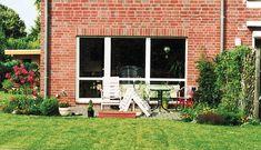 Ziegelsteinhaus mit Terrassenbepflanzung Patio, Outdoor Decor, Home Decor, Roses Garden, Shade Perennials, Planting, Decoration Home, Room Decor, Home Interior Design