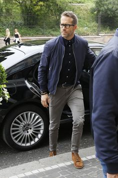Ryan Reynolds Is Absolutely Crushing the Style on His 'Deadpool Press Tour - Ryan Reynolds Fashion Outfits – Ryan Reynolds Best Style Best Picture For hipster fashion For Y - Outfit Hombre Casual, Casual Outfits, Classy Outfits, Black Outfits, Mens Fashion Outfits, Fashion Styles, Mens Fall Outfits, Fashion Trends, Summer Outfits