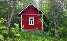 Idyllinen mökki - mökki pieni punainen hirsinen hirsimökki idyllinen mummonmökki kivijalka vanha nostalginen nostalgia romantiikka romanttinen T-ikkuna kesäinen maisema kesällä kesämaisema kaunis