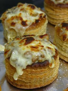 Volovanes rellenos de pollo y champiñones. Yummy Appetizers, Appetizer Recipes, Aperitivos Finger Food, British Bake Off Recipes, Vol Au Vent, Tacos And Burritos, Finger Foods, Love Food, Food To Make