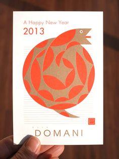 毎年デザインさせていただいている、HIAR DOMANIの年賀状。今年はバラの花のようなヘビです。 ヘビといえ…