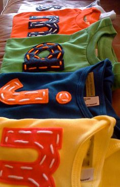 cute shirt idea, felt letters and yarn Franklin Franklin Myers Myers Waterworth Palma Soccer Shirts, Baby Shirts, Cute Shirts, Onesies, Sewing Hacks, Sewing Crafts, Sewing Projects, Puppets For Kids, Felt Letters