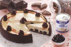 La cheesecake ricotta e amarene è una golosa cheesecake dove il gusto delle amarene incontra quello del cioccolato fondente.