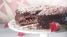 Suklaakakussa on vadelma- ja suklaatäytettä sekä suklaakuorrutus. Kakun voi tehdä 1-2 päivää ennen tarjoamista, jolloin kakku saa rauhassa mehevöityä.    Tämäkin resepti vain n. 0,65€/annos*. Tiramisu, Good Food, Sweets, Baking, Ethnic Recipes, Desserts, Celebrations, Tailgate Desserts, Deserts