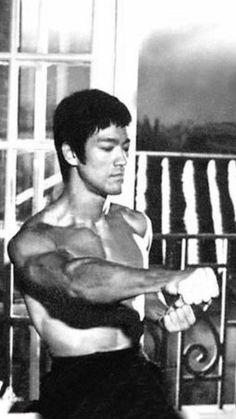 The legend Bruce Lee Art, Bruce Lee Martial Arts, Bruce Lee Photos, Way Of The Dragon, Enter The Dragon, Little Dragon, Kung Fu, Eminem, Jeet Kune Do