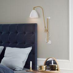Настенный светильник Bestlite BL5 от Gubi был создан дизайнером Robert Dudley Best. Серия Bestlite, кстати, производится уже с 1930 г. BL5 выглядят одновременно изысканно и современно, сочетая баланс прямых линий и тонких изгибов и напоминает о периоде Bauhaus. Удобные крепления позволяют регулировать высоту светильника, меняя тем самым желаемый вид освещения.