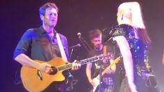 See Blake Shelton and Gwen Stefani surprise fans with flirty performance