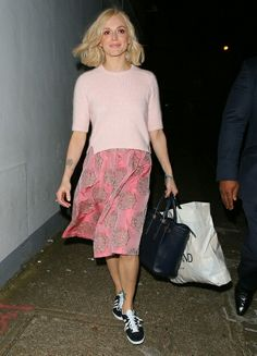 Fearne Cotton looking pretty in pink Fearne Cotton Hair, Spring Summer Fashion, Spring Outfits, Skirt And Sneakers, Pretty Outfits, Pretty Clothes, Black Midi Skirt, Love Her Style, Cotton Style