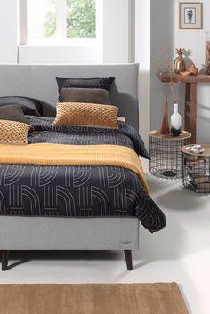Combineer in de herfst/winter 2017 goud in jouw #slaapkamer met grafische prints. Zo krijgt het interieur in je master bedroom meteen een vernieuwende en frisse uitstraling. Dat bewijst het #dekbedovertrek Mae Engelgeer Capsul Black. Deze trend kan je toepassen in zowel een klassieke als een moderne slaapkamer. #trends #slaapkamer #bedroom