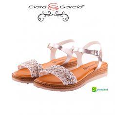Sandalia para chica en piel y un bonito detalle en blanco y plata de Clara García hecho en España.  Porque puedes llevar una sandalia de moda a buen precio sin renunciar a la calidad.  Del 37 al 41