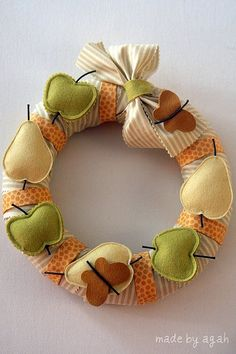 Patchwork fruity garland made by MariadoSocorro Souzagama, Brasil. Felt Wreath, Fabric Wreath, Wreath Crafts, Felt Crafts, Burlap Wreath, Diy And Crafts, Arts And Crafts, Wreaths And Garlands, Door Wreaths