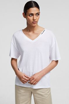 Karl Lagerfeld Damen T-Shirt Double V Neck Weiss | SAILERstyle Karl Lagerfeld, T Shirts, V Neck T Shirt, Chic, Casual, Sleeves, Mens Tops, Komfort, Bags