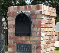 Brick Mailbox Design Options - Information & Pictures - Brick Doctor Brick Mailbox, Diy Mailbox, Mailbox Ideas, Mailbox Post, Farm Entrance, Driveway Entrance, Driveway Lighting, Brick Masonry, Brick Pavers