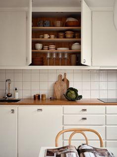 Home Interior, Kitchen Interior, Kitchen Decor, Interior Design, Kitchen Shelves, Kitchen Tiles, Kitchen Cabinets, Scandinavian Kitchen, Simple House