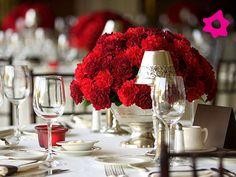 Claveles como flores de boda en centro de mesa rojo