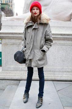 Acheter la tenue sur Lookastic:  https://lookastic.fr/mode-femme/tenues/parka-jean-skinny-bottines-grand-sac-bonnet/4583  — Bonnet rouge  — Parka grise  — Grand sac en cuir gris foncé  — Jean skinny bleu marine  — Bottines en cuir noires