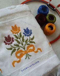 Uzun zamandır paylaşılmayı  bekleyen bu güzel modelimizin nasibi bugüneymiş demek ki... 😊😊 Rabbim bu mübarek saatlerde ettiğimiz duaları… Hand Embroidery Design Patterns, Flower Patterns, Cross Stitch Pillow, Cross Stitch Embroidery, Crochet Butterfly, Cross Stitch Flowers, Elsa, Diy And Crafts, Cross Stitch Animals