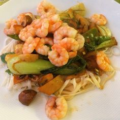 Yesterday's dinner after a nice run with my sister: Garlic prawns with rice noodles and stir fried veggies!#allwomencancook #cooking #selfmade #run #girlswhorun #gym #fit #fitfam #fitness #fitnessfood #fitgirls #workout #foodblog #foodie #lowcarb #eatclean #cleaneating #glutenfree #dairyfree #sugarfree #healthy #healthydinner #dinner #veggies #veggie #nutrition #food #yum