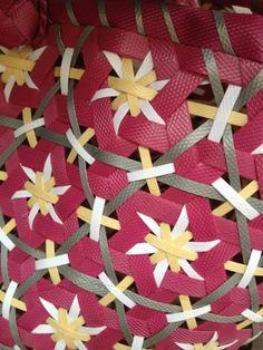 estrellado Paper Weaving, Weaving Textiles, Weaving Art, Loom Weaving, Fabric Manipulation Techniques, Textiles Techniques, Weaving Techniques, Smocking Patterns, Weaving Patterns