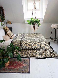 Dormitorio boho con una planta colgante #Plantascolgantes
