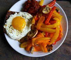 Easy and healthy breakfast with a fried egg and fried veggies // Nem og sund morgenmad med et spejlæg og stegte grønsager
