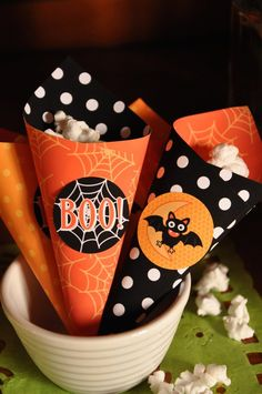 Halloween Popcorn, Halloween Banner, Halloween Treats, Halloween Decorations, Halloween Diy, Cone Template, Candy Cone, Strawberry Shortcake Party, Candy Popcorn