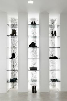 Display with indirect lighting, the Elle store by Emanuele Svetti .