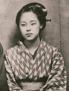 楠本高子(シーボルトの子、楠本イネの娘)1868年高子16歳の時の写真。不幸な出生だったので母イネは「天がタダで授けたものであろう」と言うあきらめの境地から、タダ子と名づけた。二度結婚したが、いずれも夫に先立たれ、叔父のハインリヒ・シーボルトの援助を受けて、母イネと暮らし芸事の教授で生計を維持した。その美しい容貌は松本零士が銀河鉄道999に於いて、宇宙戦艦ヤマトのスターシャのモデルにしたと言われている。1938年(昭和13年)86歳で死去。