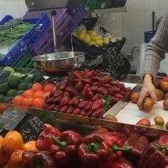 Este es un ejemplo de las frutas y verduras del mercado. Las fresas son una fruta de temporada en la primavera, pero la dueña me dijo que puedes comprar la mayoría de frutas y verduras por todo del año porque Alicante tiene un clima mediterránea.